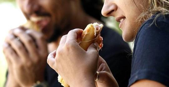Por qué pedimos la comida que más engorda